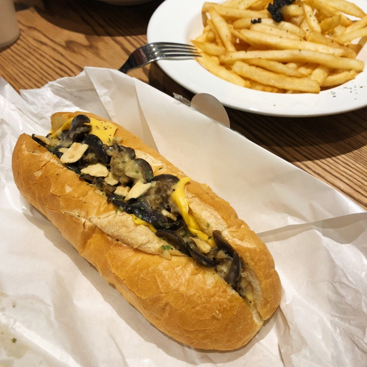 Coppii Lumii 冉冉生活 經典奶油短法堡-香草蒜片田螺 Short Baguette Sandwich - River Snails (escargot) with Crispy Garlic